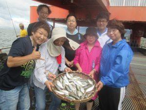 釣れた魚とメンバーの写真